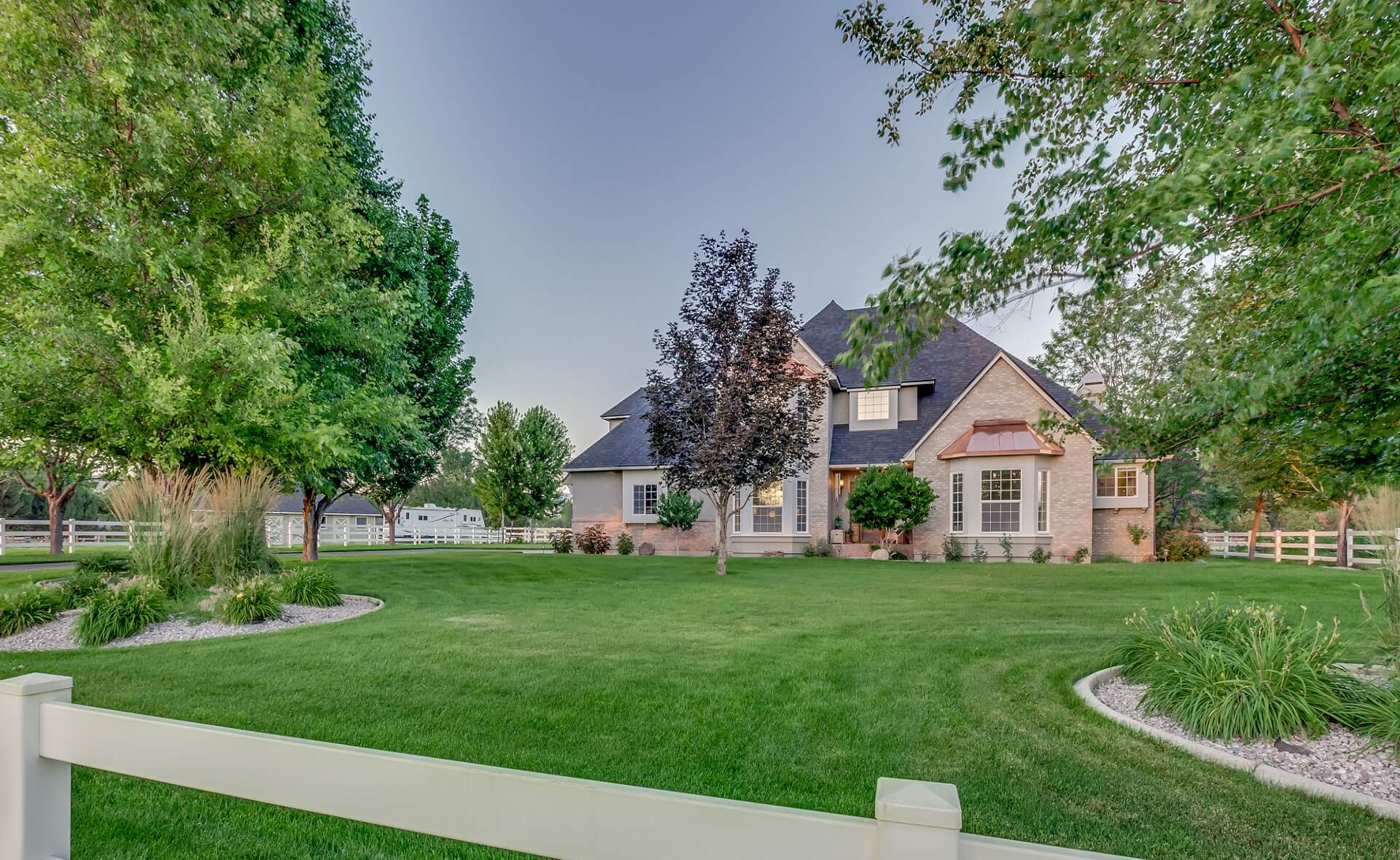 Saddleman Estate in Idaho front yard and white picket fence